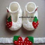 cilek-desenli-beyaz-orgu-bebek-patik-ve-bandanasi-kopyala