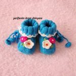 mavi-beyaz-cicek-motifli-orgu-bebek-patigi-kopyala
