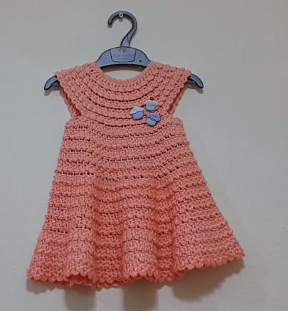 yakadan başlanan tığ işi bebek elbise modeli